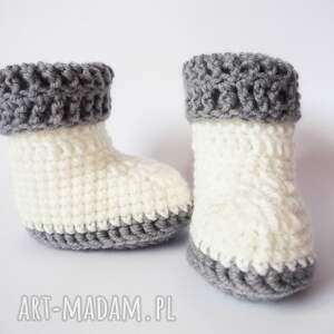 gustowne buciki szydełkowe białe