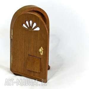 drzwiczki dekoracje tajemnicze z włazem dla