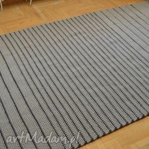 czarne dywany chodnik szare paski