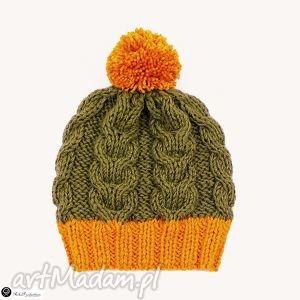 czapka khaki ze złotym pomponem, czapka, pompon, warkocze, dziergane, krótka, akryl