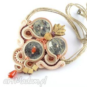 etniczny naszyjnik z szarą muszlą, wisior, sutasz, soytache, biżuteria