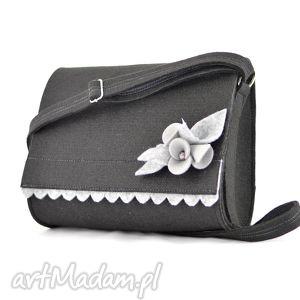 czarna mała teczka z szarym kwiatkiem, filc, filcowa, broszka, kwiatek, folk