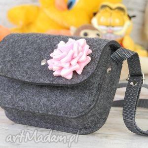 torebeczka dla dziewczynki, filcowa torebka z różowym kwiatkiem, regulowany pasek