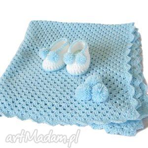 Niebieski kocyk na szydełku wełniany dla chłopca z bucikami hand made,