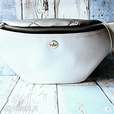 white silver nerka, saszetka, handmade, pikowana, elegancka, pikówka torebki