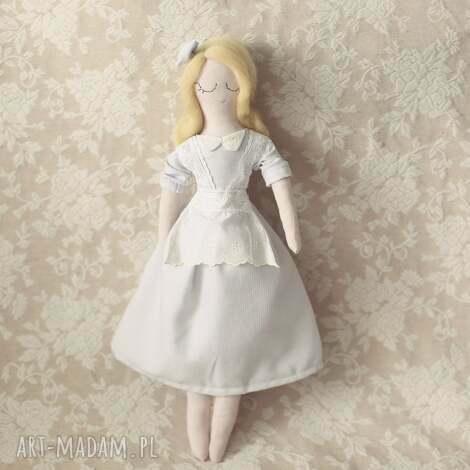 klasyczna bajka - lalka alicja w krainie czarów, lalka, alicja, fartuszek, medalion