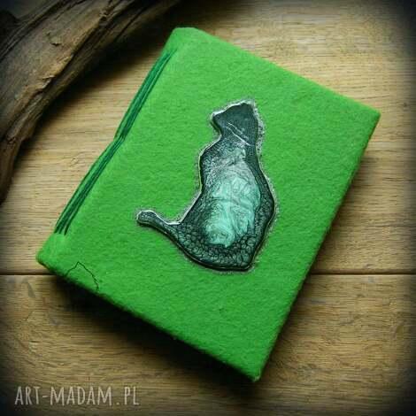 notes a6 z filcową twardą okładką i elastycznym grzbietem zielony kot