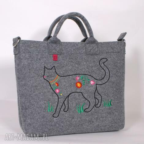 na laptopa duża, jasna filcowa torba której zamieszkał kot , torba, torebka