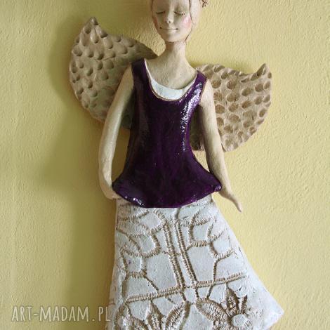 aniołek wiszący w fioletowej tunice, anioł, ceramika ceramika