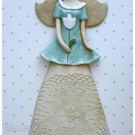 anioł wiszący z białym tulipanem, anioł, ceramika dom