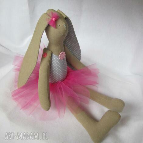 siedząca baletnica, balerina, tutu, zając, roczek, królik dla dziecka