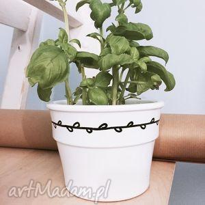 doniczka z wiankiem minimalistyczna, doniczka, wianek, malowana, kwiatek, biała