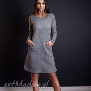 sukienki ciepła sukienka z pikowanej dzianiny kieszeniami i ciekawymi przeszyciami
