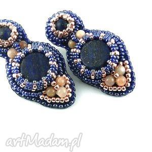 Lapis lazuli w oplocie, lapislazuli, kamieńsłoneczny, haftkoralikowy, kolczyki