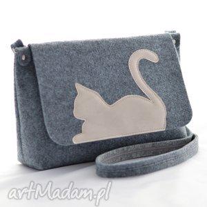 na ramię torebka filcowa - listonoszka z uroczym kotkiem beżowej ekoskóry, filc