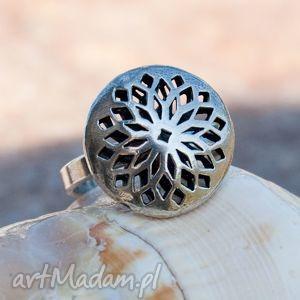 A421 Pierścionek srebrny z ażurową koroną , pierścionek, srebrny, ażurowy