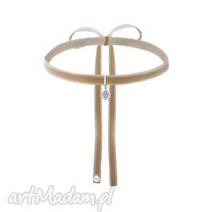 beżowy aksamitny choker ze srebrną rozetką, modny, minimalistyczny, rozeta, zawieszka