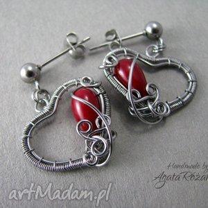 małe kolczyki serduszka z koralem czerwonym, stal chirurgiczna, wire wrapping, serce