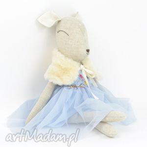 szara sarenka w błękitnej sukience, lalka, sarenka, bambi, przytulanka, prezent