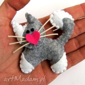 kotek - broszka z filcu - filc, serce, wąsy, kobieta, dziecko, prezent