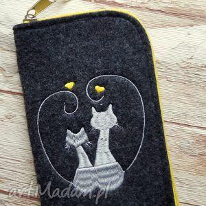 filcowe etui na telefon - zakochane koty, etui, smartfon, filcowe, haftowane