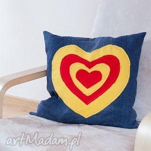 wyjątkowe prezenty, poduszka z serduszkami, poduszka, jeans, recykling, serce, modna