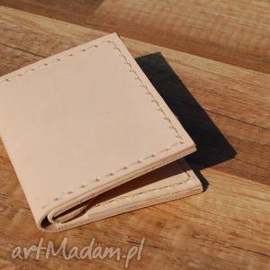 beżowy skórzany portfel z możliwością personalizacji, portfel, skóra, personalizacja