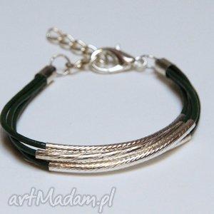 ciemnozielona bransoletka z rzemieni skórzanych elementami metalowymi, prezent