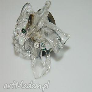 artystyczny pierścionek z perełkami, pierścionek, recycling, koraliki, akryl