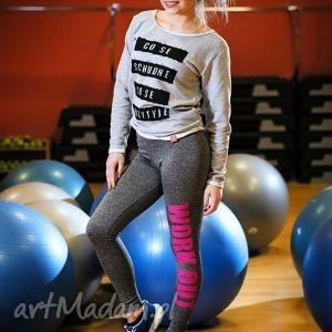 wyszczuplające legginsy szare push up z napisem nadrukiem , redmasterclothes