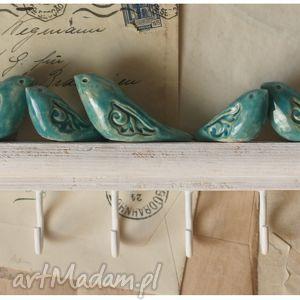 ceramika wieszak z niebieskimi ptakami o dekoracyjnych skrzydłach, wieszak, drewno