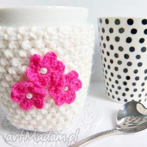 kremowy otulacz na kubek z kwiatuszkami, otulacz, ocieplacz, kubek, walentynki