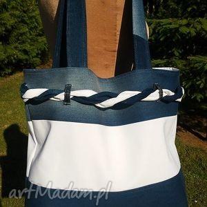 biało-granatowa torba z plecionką, torba, jeans, tkanina, ramię, plecionka, modna
