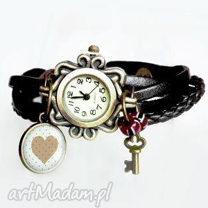 zegarek bransoletka skórzana z grafiką w szkle zawieszką - serduszko, rękę