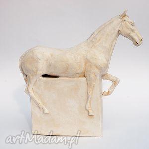 ręcznie rzeźbiona figurka konia na sześcianie, koń, ozdoba, rzeźba