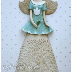 anioł wiszący z białym tulipanem - anioł, ceramika