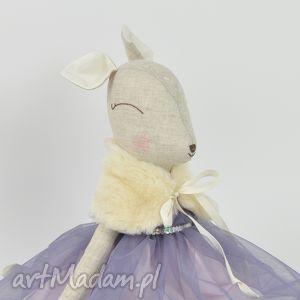 przytullale szara sarenka w niebiesko - fioletowej sukience, sarenka, bambi