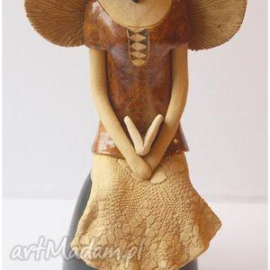 ceramika anioł siedzący z książką, anioł, aniołek, anielica dom