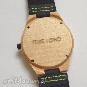 Usługa grawerowania na odwrocie koperty zegarka, grawer, usługa, zegarek, drewniany