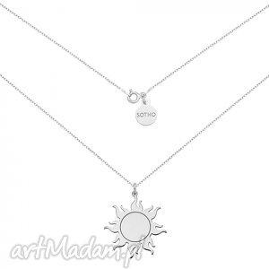 długi srebrny naszyjnik ze słońcem, modny, naszyjnik, słońce, zawieszka