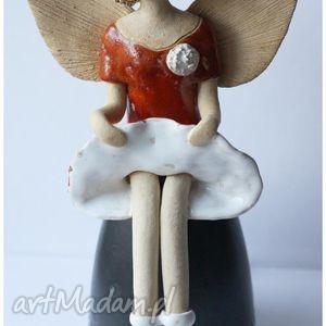 anioł siedzący frywolny w kapeluszu, anioł, aniołek, anielica dom