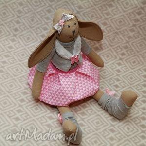 lalki żona marynarza z różowym kotkiem, królik, kotek, maskotka, chrzest, roczek