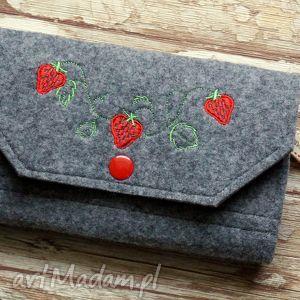 duży filcowy portfel - truskaweczki , portfel, truskawki, haft, filcowy, zakupy