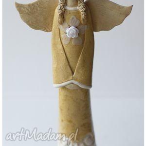 anioł beżowy z wianuszkiem, anioł, ceramika, figurka