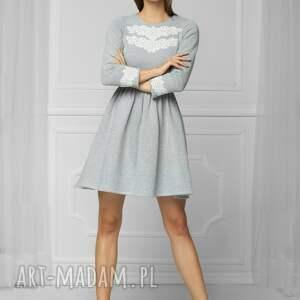 rozkloszowana sukienki sukienka z aplikacją szara